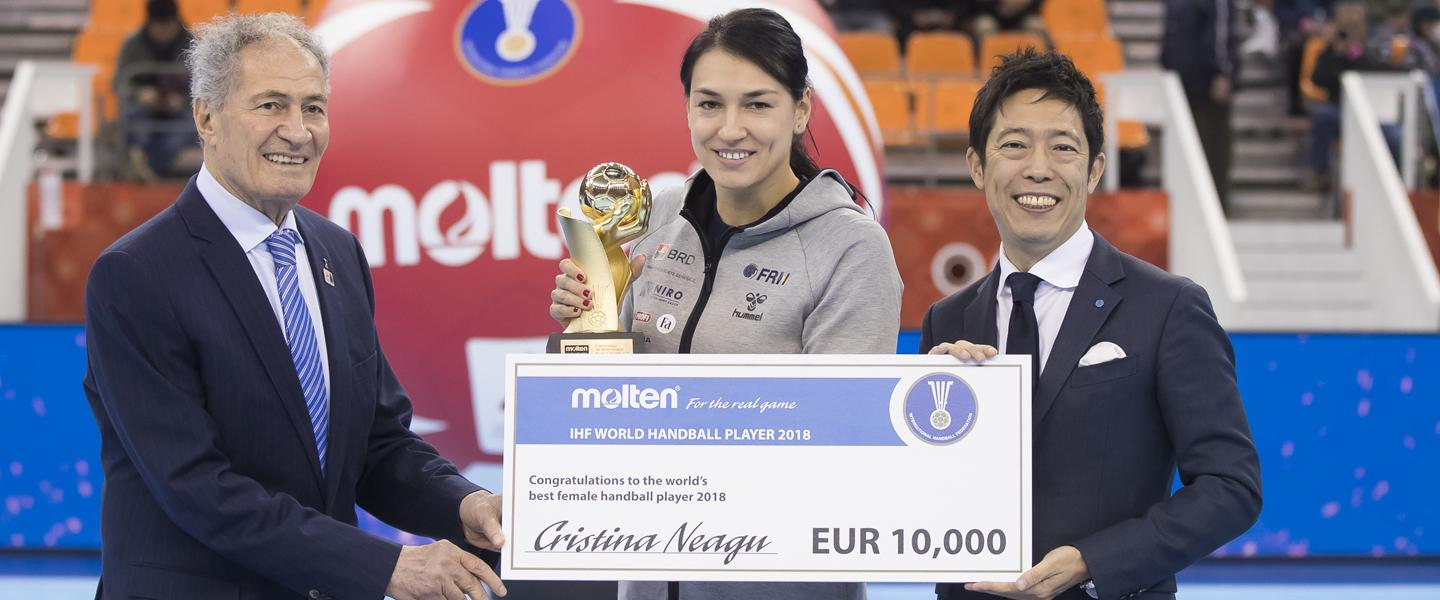 Neagu presented with 2018 IHF World Handball Player of the Year Award in Japan